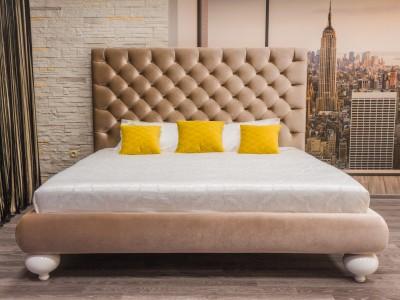 Кровать Барри с каретной стяжкой на четырех опорах