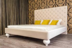 Кровать Барри с каретной стяжкой на двух опорах